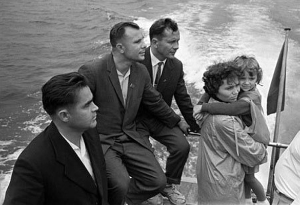 From left: Andriyan Nikolayev, Yuri Gagarin, Pavel Popovich and his wife Marina Popovich and daughter vacationing in the Crimea (1967).