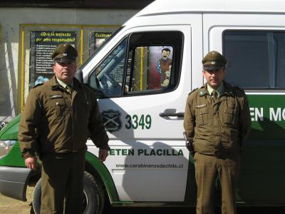 Two Chilean carabineros next to a police van. (image credit: jonaschileviajero.skyrock.com)