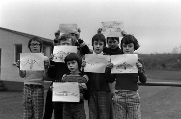 The children from Broad Haven Primary showing their UFO drawings. (Credit: Wales Online)