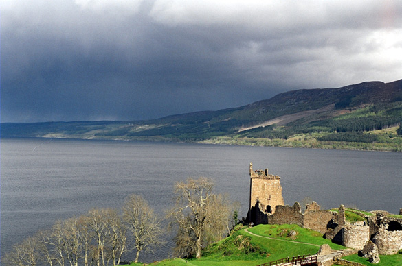 Loch Ness and Urquhart Castle. (Credit: Asbestos/Wikimeida Commons)