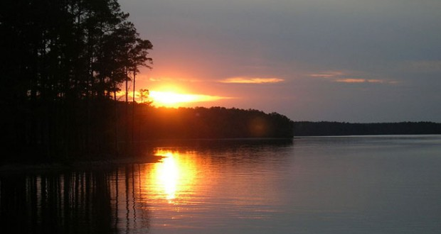 Sunset on Lake Strom Thurmond. (Credit: Wikimedia Commons)