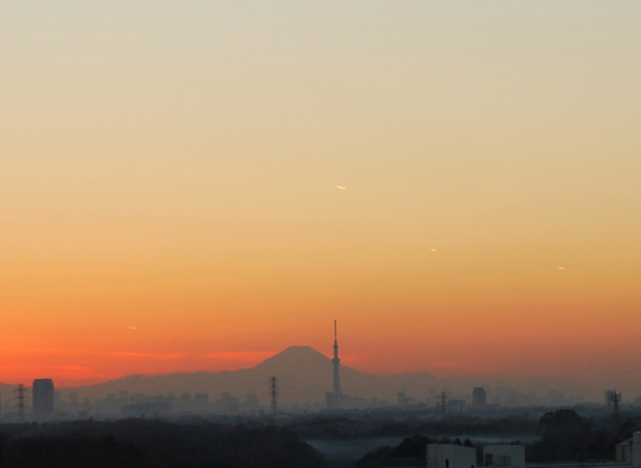 UFOs over Tokyo on Christmas day. (Credit: Takuma newspaper)