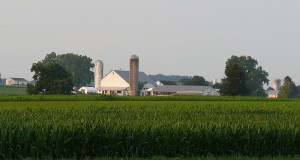 The witness pulled over to get a better view of the rod-shaped UFO hovering about 2-3 miles away on December 1, 2014. Pictured: Amish dairy farm in Lancaster County, PA. (Credit: Wikimedia Commons)