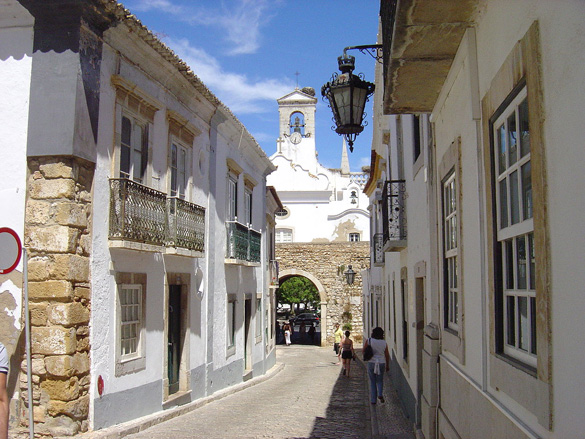 A view along the narrow streets of the old quarter. (Credit: Wikimedia Commons)