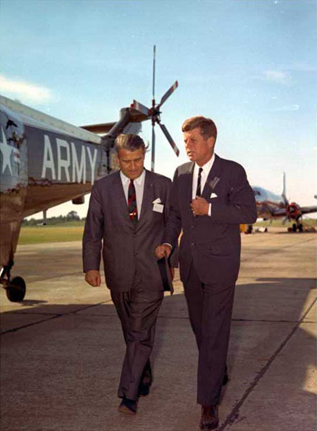 Wernher von Braun walking with President Kennedy at the Army Ballistic Missile Agency at Redstone Arsenal (Alabama) in 1963. (Credit: Wikimedia Commons)