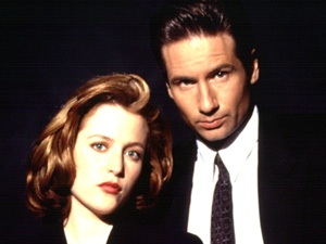 Agent Dana Scully (Gillian Anderson) and Agent Fox Mulder (David Duchovney).