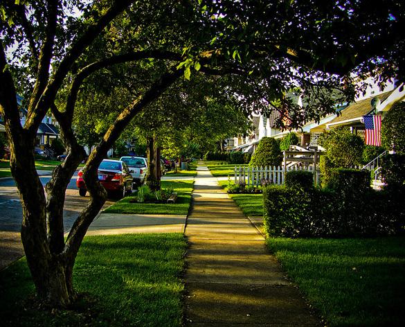 A street in Lakewood, OH. (Credit: EurekaLott/Wikimedia Commons)