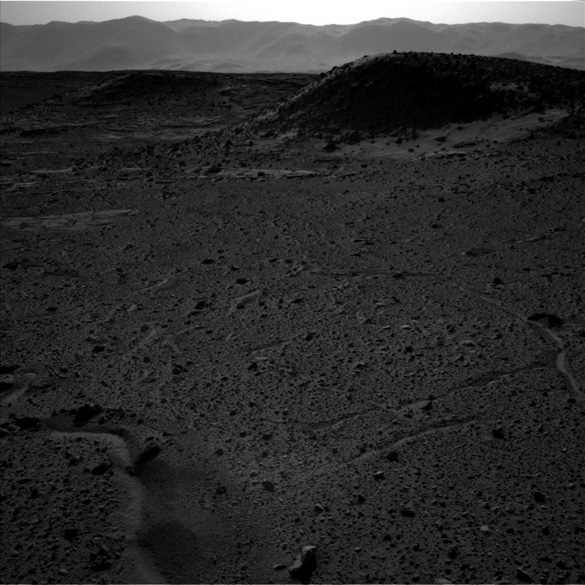 Full image taken by the Curiosity rover does not include the light anomaly. This image was taken at the same time as the above image with the left side camera. (Credit: JPL/NASA)