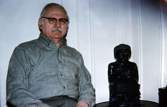 Sithcin with a Sumerian statue in 1996. (image credit: Manuel Fernandez)