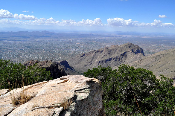 The approximately 20 objects were moving only 30 feet off of the ground. Pictured: Northwestern suburbs of Tucson from the Santa Catalina Mountains. (Credit: Wikimedia Commons)