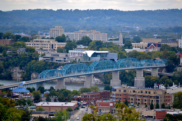 The witness reported a triangle UFO hovering just 50 feet over an apartment building. Pictured: Northshore and Midtown Chattanooga, TN. (Credit: Wikimedia Commons)
