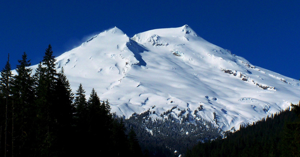 The witness first noticed bright lights over the top of Mount Baker, pictured. (Credit: Wikimedia Commons)