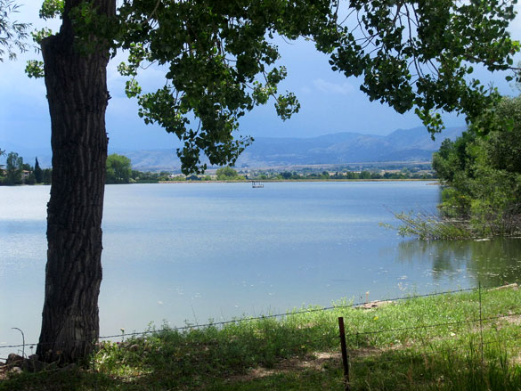 The witness said the low-flying object made no sound. Pictured: Resevoir area west of Longmont, CO. (Credit: Wikimedia Commons)