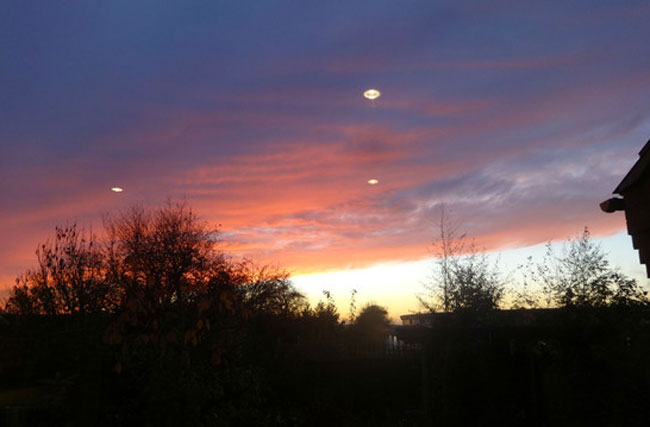 The photo showing the three UFOs. (Credit: Lincolnshire Echo/Paul Howard)