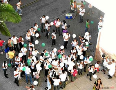 Students with their 'potato bombs.' (Credit: La Tarde)